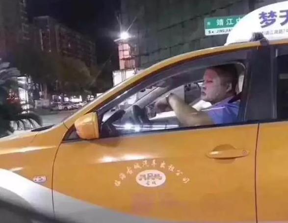 我认输!这位司机大叔开车敷面膜!